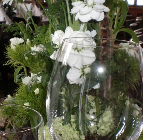 Blumen als Dekoration hinter Weingläsern