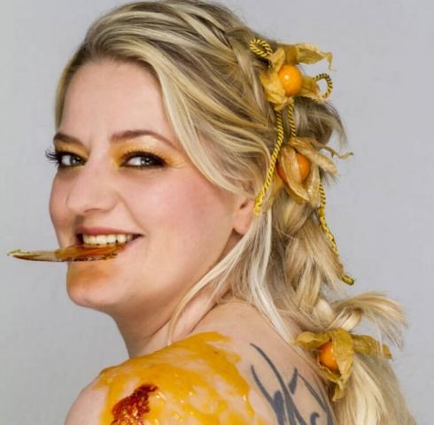 Sandra, fotografiert von Monika Sandel mit Crème brulée